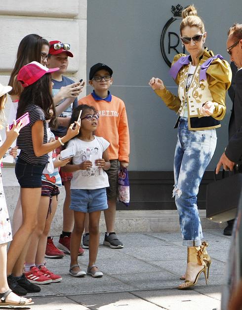 מחליפה מערכות לבוש נוצצות של בתי אופנה משפיעים כמו גוצ'י, בלנסיאגה, שאנל, דיור וורסאצ'ה, ולא שוכחת להציב בשורה הראשונה גם מעצבים צעירים כמו וירג'יל אבלו מהמותג הבועט Off/White (צילום: rex/asap creative)