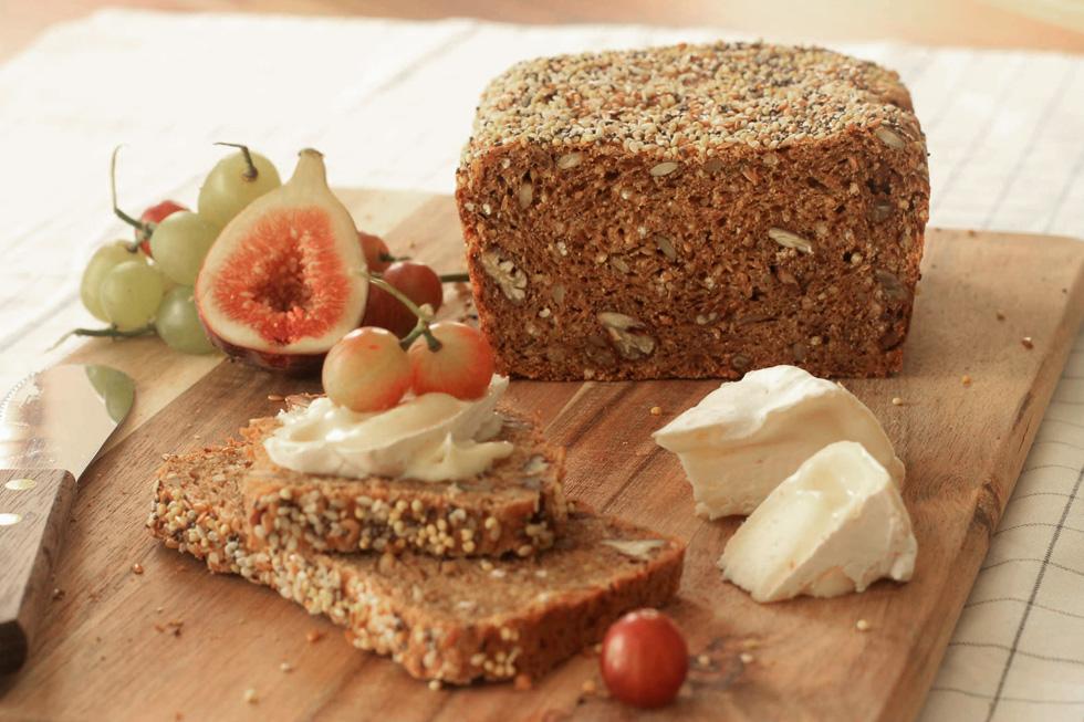 לחם בריאות עם גרעינים וזרעים (צילום: אורלי חרמש)