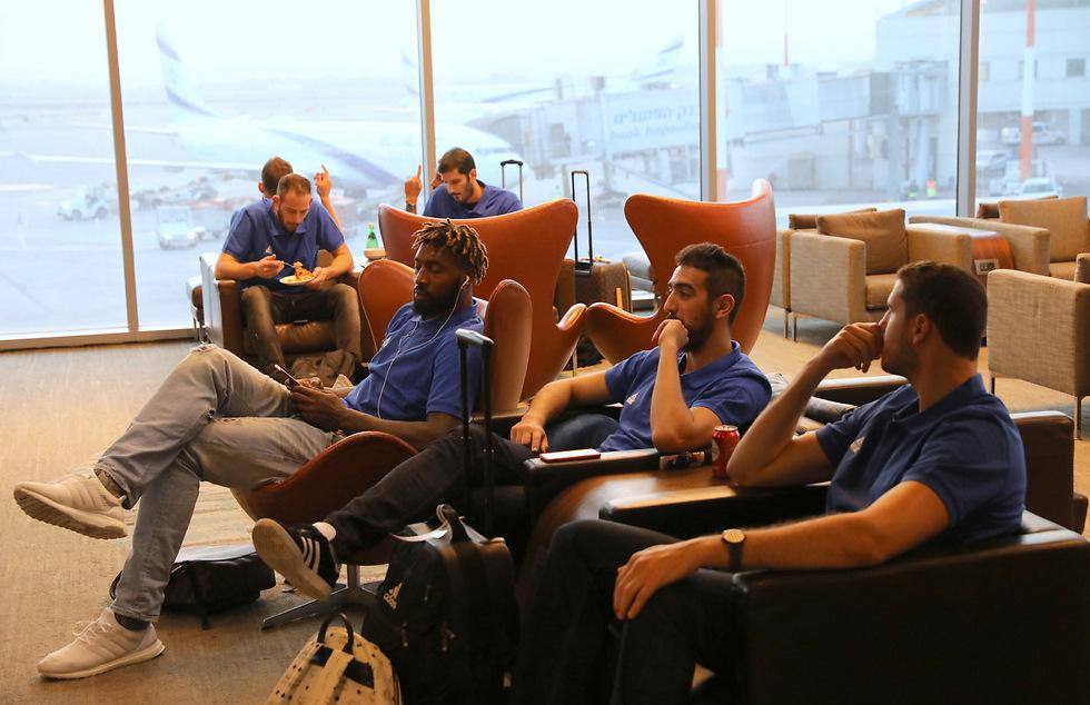 שחקני נבחרת ישראל. נהנים בנמל התעופה (צילום: סיון פרג')