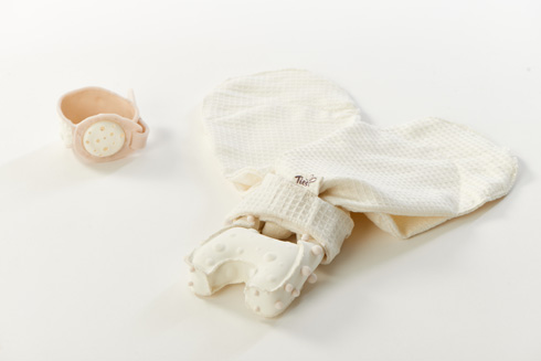 מרקם משותף לכמה אביזרים, שעוזרים לתינוק עיוור לזהות את הוריו ולחוש ביטחון (צילום: שחר תמיר)