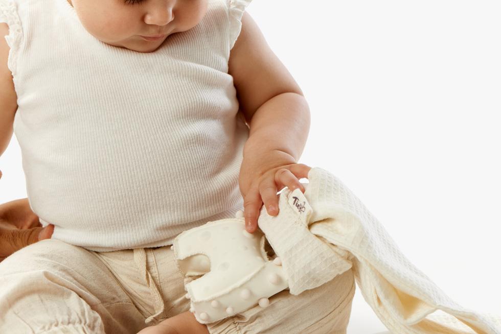 נגה מרום (הדסה) עיצבה אוביקטים לתינוקות עיוורים, שמקלים על תהליך ההיקשרות ביניהם לבין ההורים. למשל, צמיד שעונד ההורה ומשמיע צליל עם כל הזזת יד. כך לומד התינוק לזהות את הוריו והוא חש ביטחון כאשר הם בסביבה (צילום: שחר תמיר)