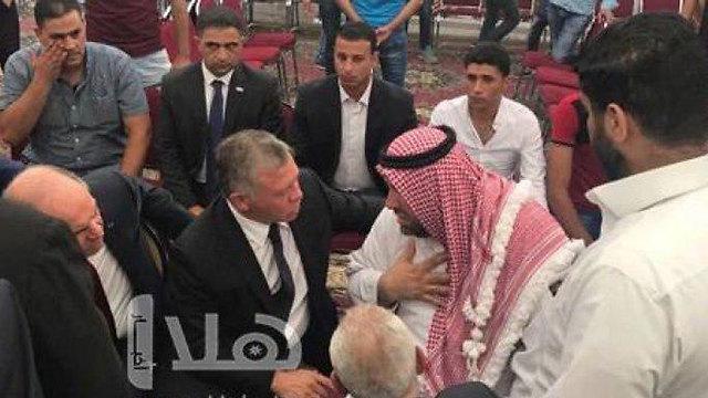 המלך עבדאללה בניחום אבלים אצל משפחתו של הנער שדקר את המאבטח הישראלי