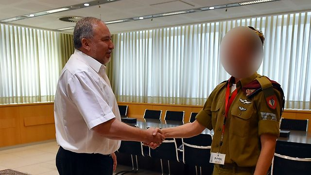 A., the neighbors' son who neutralized the terrorist, with Defense Minister Avigdor Lieberman. 'He prevented a greater disaster' (Photo: Ariel Hermoni, Defense Ministry)