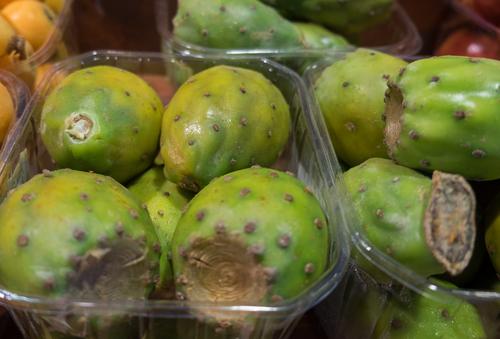 Так продают плоды опунции в Израиле. Фото: shutterstock