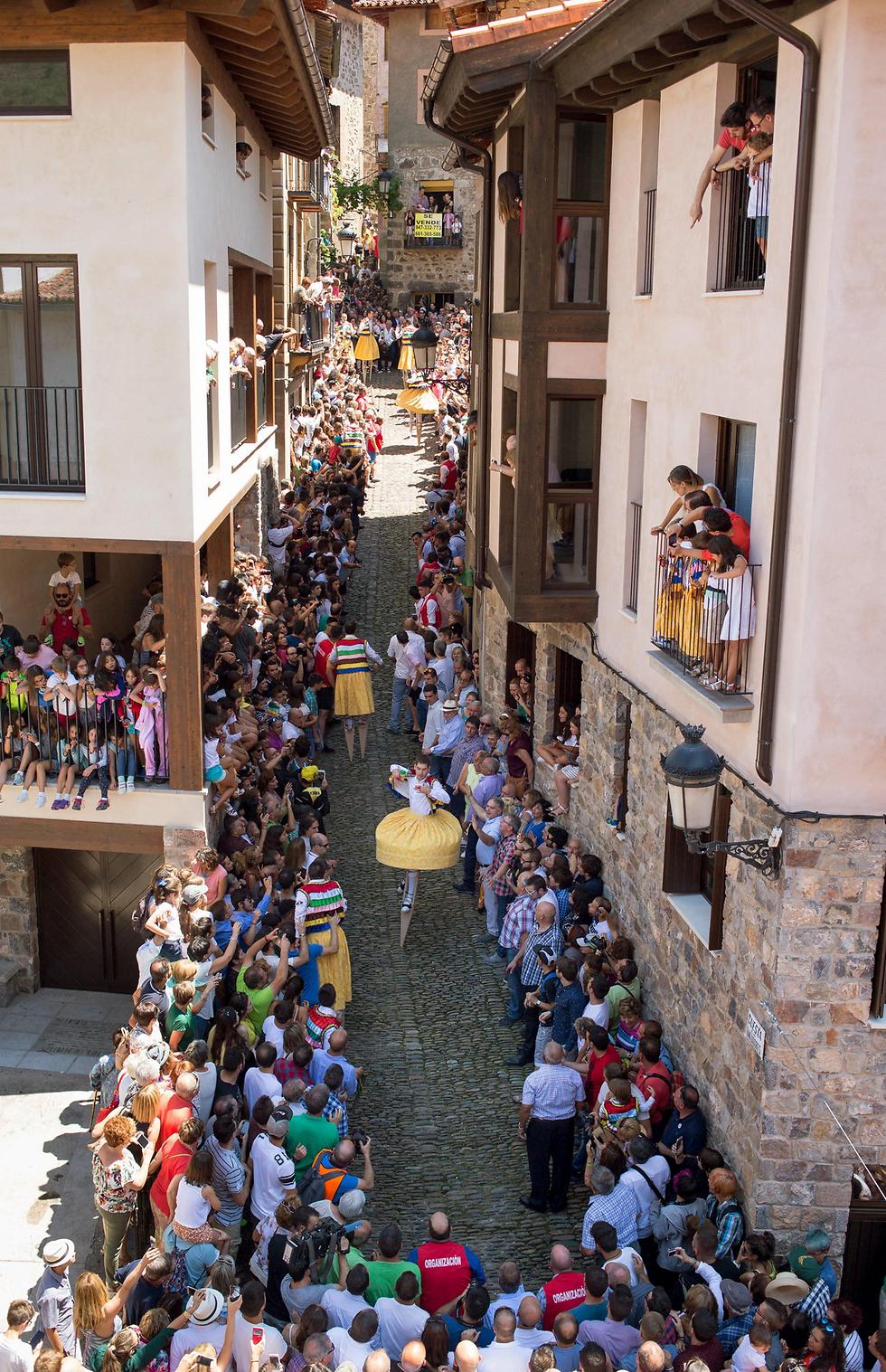 ריקוד הקביים המסורתי לכבוד מריה מגדלנה בפסטיבל בספרד (צילום: EPA)