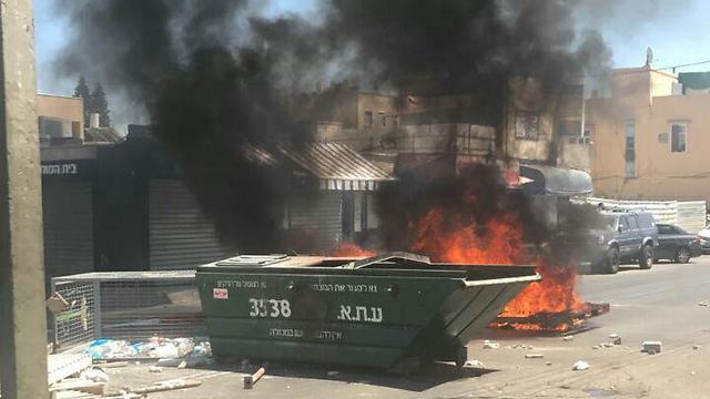 אש הוצתה במהלך מחאת תושבי יפו ()