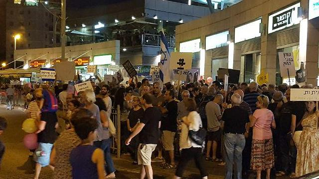 One of the many protests taking place in Petah Tikva near AG Mandelblit's house (Photo: Raanan Ben Zur) (Photo: Raanan Ben Zur)