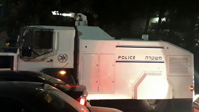 המשטרה נערכה גם עם משאית להתזת מים  ()
