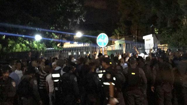 המשטרה נערכה בכוחות גדולים מחוץ לאבו כביר ()