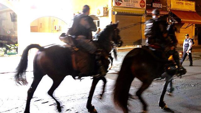 פרשים של המשטרה במהלך מסע הלוויה ביפו (צילום: מוטי קמחי) (צילום: מוטי קמחי)