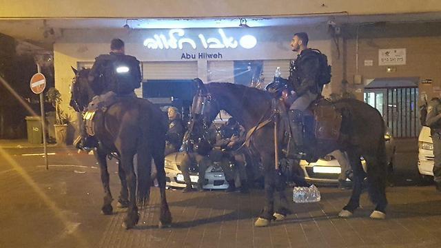 המשטרה נערכה בכוחות רבים אך נמנעה מחיכוך עם המשתתפים במסע הלוויה (צילום: ניצן דרור) (צילום: ניצן דרור)