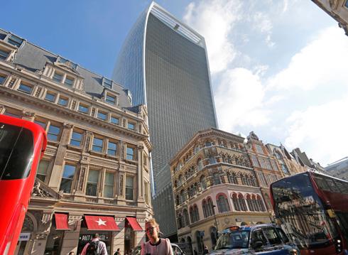 על חורבותיו של מגדל נמוך יותר. ''ווקי טוקי'' (צילום: AP)