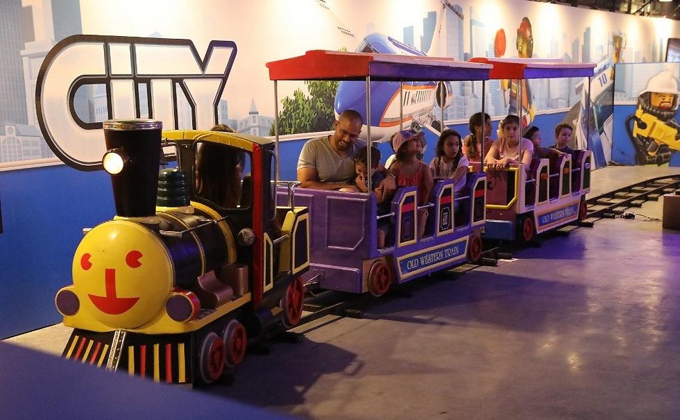 ויש גם רכבת לגו (צילום: רפי דלויה)