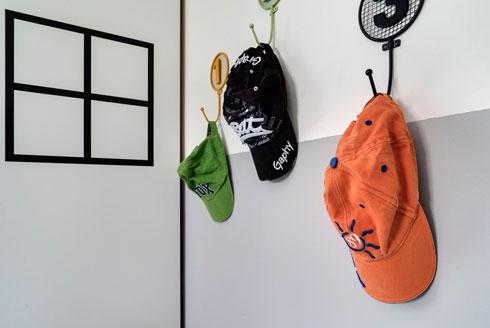 מתלים בצבעוניות של החדר (צילום: רותם רוזנאי, Studio GEFEN)