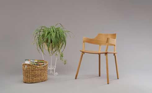 כיסא מעץ אלון, שמתחבר בלחיצה (צילום: רן קושניר)