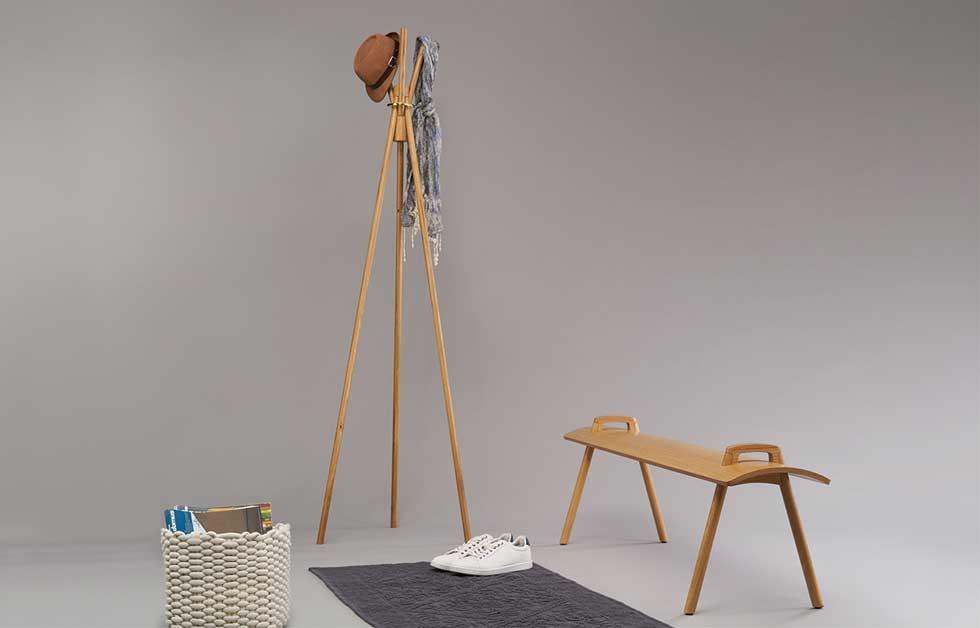 חן זלקינד (HIT) התחיל כנגר מטבחים ורק אז פנה ללימודים. לפרויקט הגמר יצר 3 ''רהיטים בלחץ'', עם מחברים שפיתח בעצמו תוך כדי עשייה בסדנה. ההרכבה פשוטה ומהירה, והתוצאה חלקה ואלגנטית (צילום: רן קושניר)