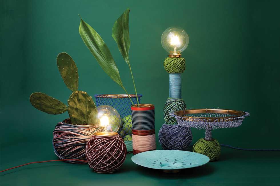 מיכל גוטסמן (HIT) עיצבה מנורות ומכלים משיירים של כבלי חשמל. התעשייתי הפך לקראפט, וחלקי נחושת מוסיפים יוקרה שמנוגדת לחומר הפשוט (צילום: אביב נווה)