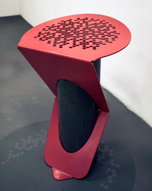 וניצן פינקלשטיין (HIT) עיצבה מושבים שמתלבשים על עמודי ביטחון (צילום: אלה פלד)