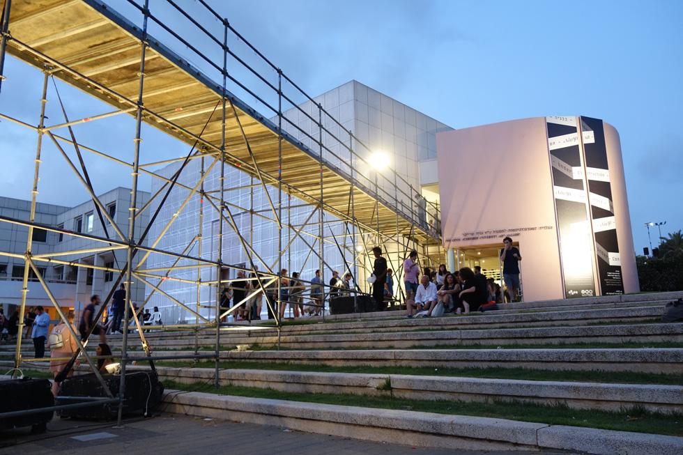 בתל אביב, מנסים בכל שנה למשוך מבקרים חדשים לתערוכת הבוגרים באדריכלות. כך זה נראה השנה בכיכר אנטין, שער הכניסה הראשי לאוניברסיטת ת''א (צילום: מיכאל יעקובסון)