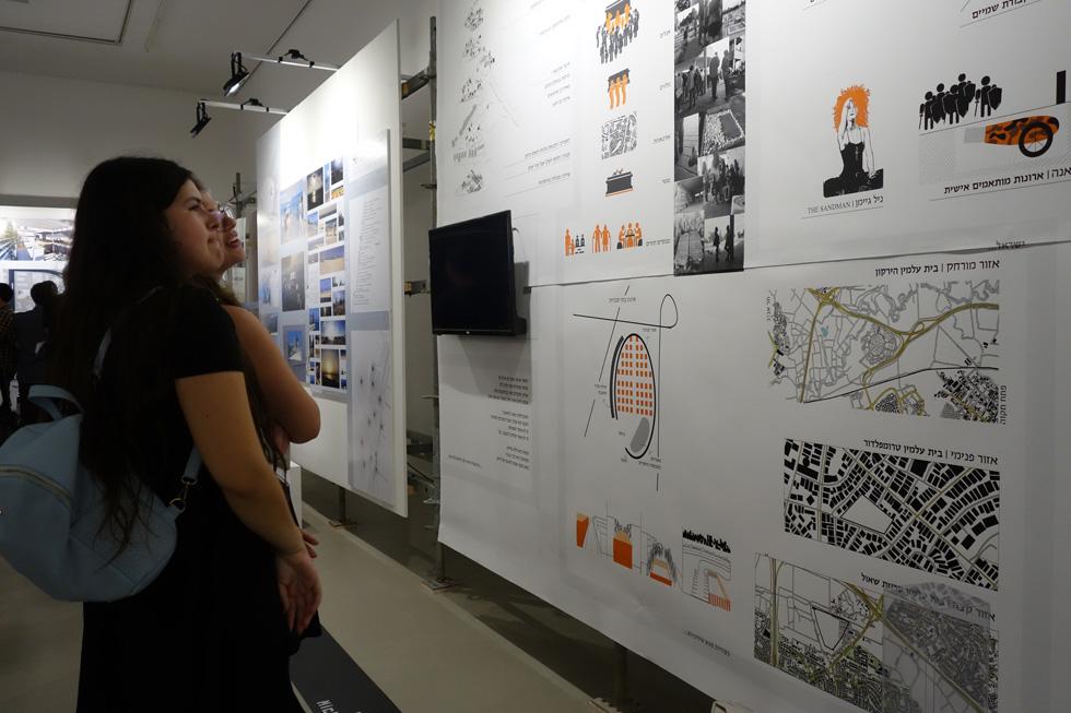 בתל אביב, המעצב הגרפי קובי פרנקו יצר מיתוג שמתחיל בכניסה וממשיך במשטחי התצוגה, באופן נהיר (צילום: מיכאל יעקובסון)