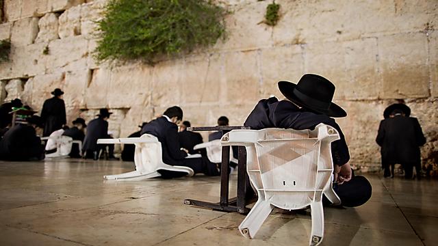 על כיסאות הפוכים (צילום: AP)
