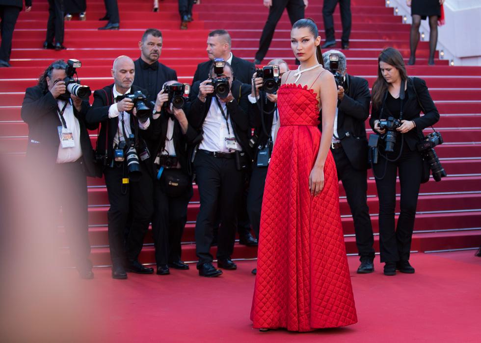 """בלה חדיד. """"אישה שלובשת אדום, ללא ספק מכריזה מלחמה"""", אומר הסטייליסט ראובן כהן (צילום: AP)"""