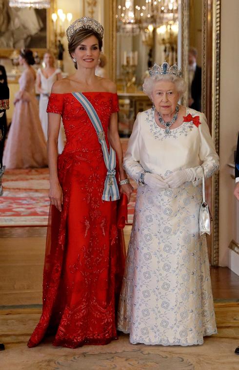 ושוב באדום: מלכת ספרד לטיסיה עם מלכת אנגליה אליזבת השנייה (צילום: AP)