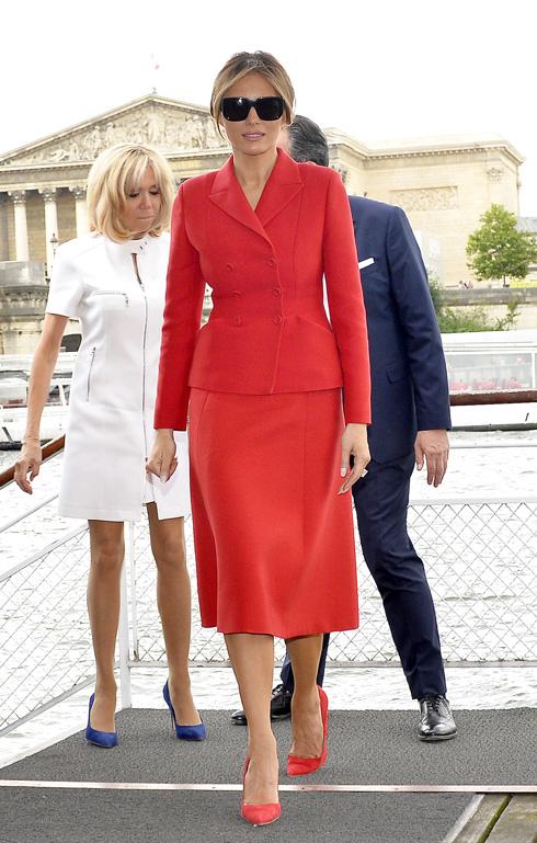 חליפה אדומה לביקור בפריז. מלניה טראמפ (צילום: Gettyimages)