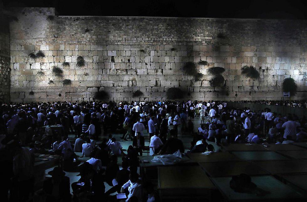 """הכותל המערבי בערב ט' באב. """"שייך לכל עם ישראל"""" (צילום: AFP)"""