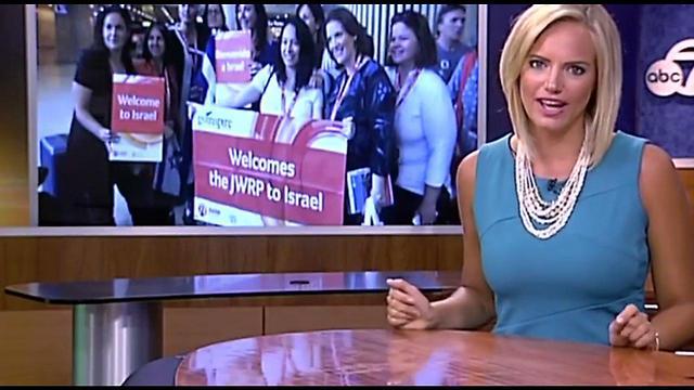 גם ב-ABC דיווחו על האמהות שנסעו לישראל ()
