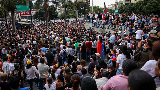 מפגינים נגד ממשלת מדורו (צילום: EPA)