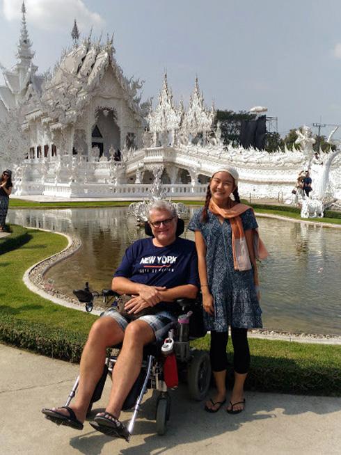 """פולק במקדש הלבן בצ'יאנג ראי, עם זמרת מקומית. """"בכל פעם שאני נעצר, קופצים עליי מכל הכיוונים כדי להגיש עזרה""""  (צילום: אלבום פרטי)"""