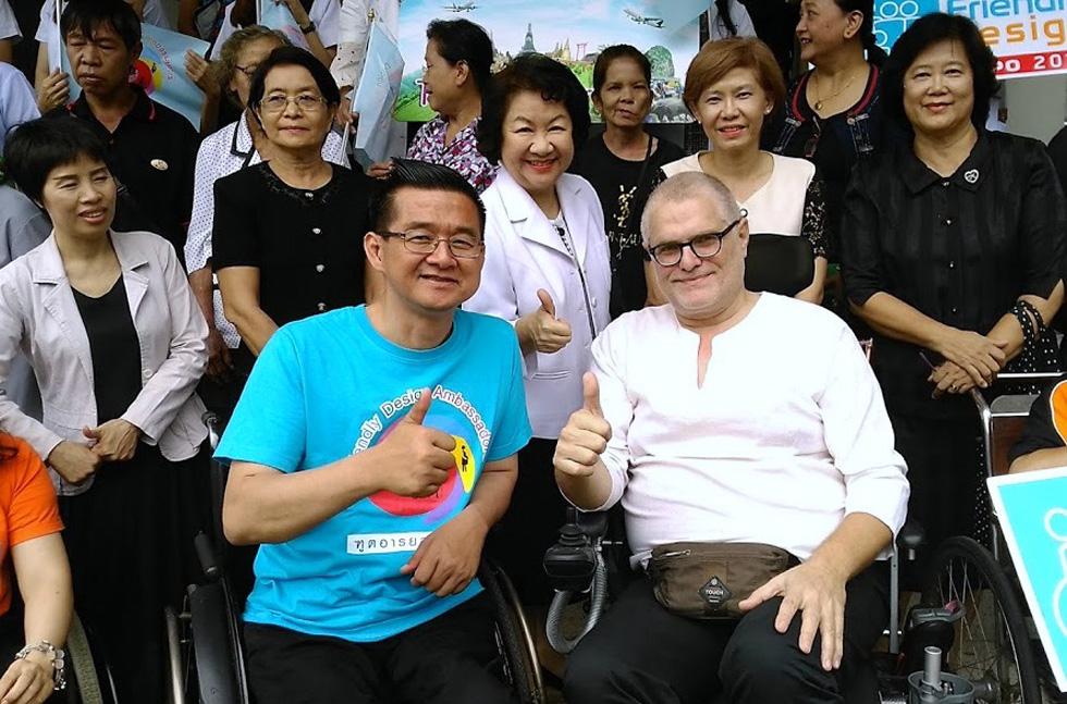 """פולק ביום עיון, עם קרישאנה לאלאי, מגיש טלוויזיה שפועל למען הנגשת תאילנד לנכים. """"אני מאוהב בתאילנדים"""" (צילום: אלבום פרטי)"""