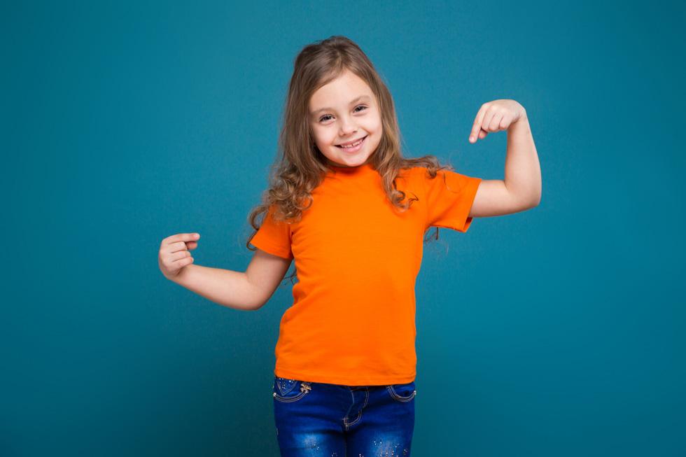 התלבושת האחידה: חולצה בצבע חלק ועם סמל בית הספר (צילום: Shutterstock)