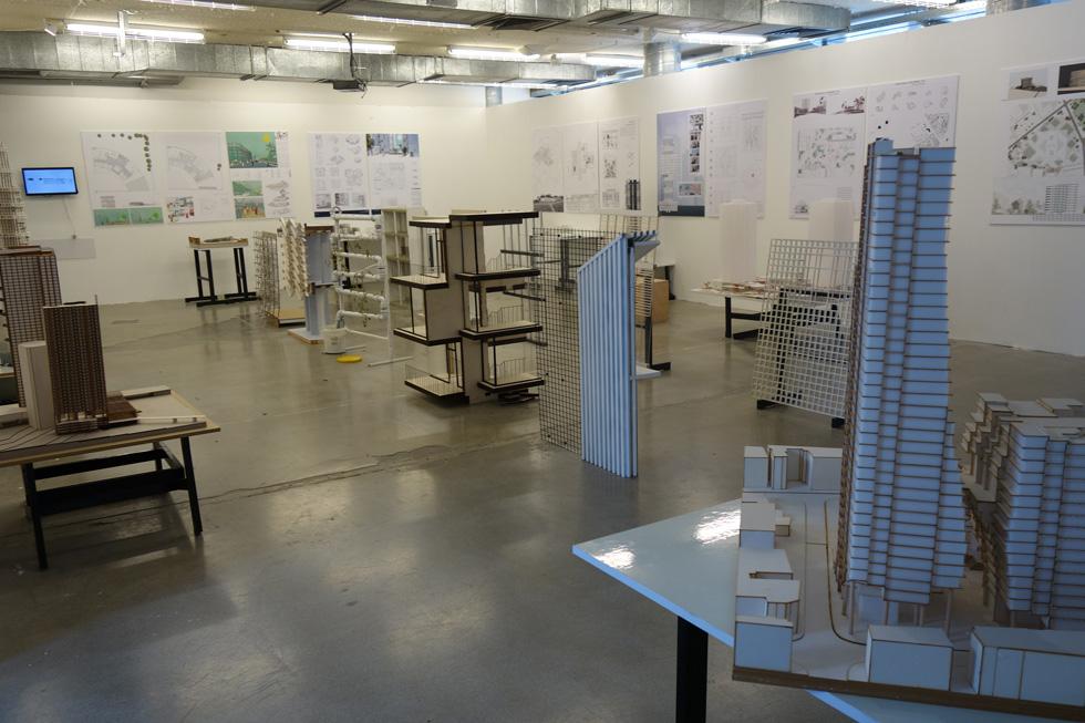 בבצלאל היה קשה להבין אם העבודות המוצגות בבניין הן חלק מתערוכת הבוגרים, או שריד להגשות משנים אחרות (צילום: מיכאל יעקובסון)
