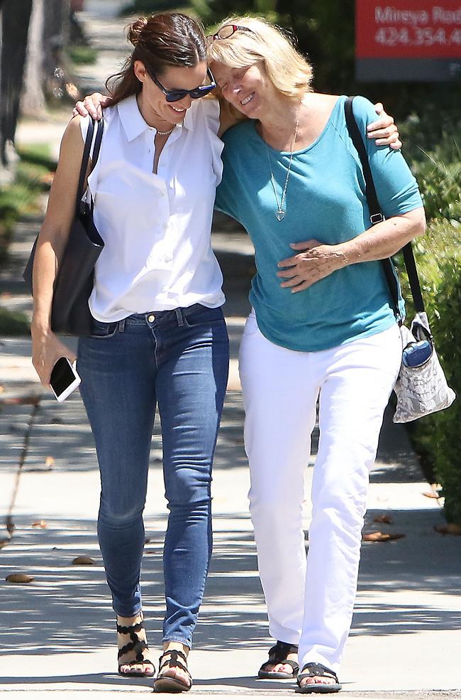 הלכנו לחפש תמונות עם אמא שלנו. ג'ניפר גארנר וכריס בולדט  (splash news)