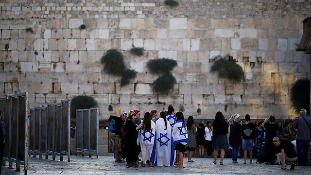 Women at the Western Wall (Photo: Reuters)