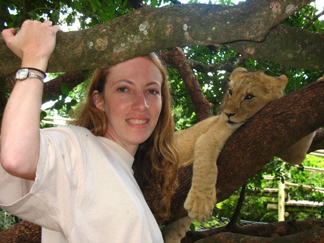 """עם אריה בפארק בדרום אפריקה. """"הטמיעו בנו את אהבת הטבע"""" (צילום: אלבום פרטי)"""