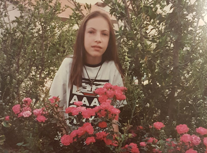 """בגיל 12, בחצר הבית בלהבים. """"חינכו אותי שאין משהו שבנים יכולים לעשות, ובנות לא"""" (צילום: אלבום פרטי)"""