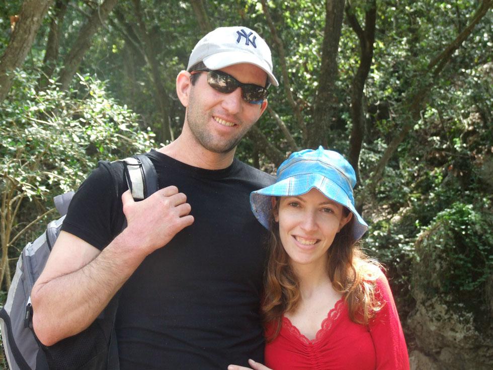 """עם בעלה, ארז ז""""ל, בטיול לנחל כלח, 2010. """"בתוך הקושי נשמרה האהבה שלנו, והקשר בינינו רק התחזק""""  (צילום: אלבום פרטי)"""