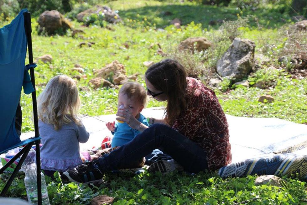 """עם ילדיה באלוני אבא, מארס 2016. """"אני דבקה במסורת הטיולים שלנו, שהיא כבר חלק בלתי נפרד משגרת חיינו"""" (צילום: אלבום פרטי)"""