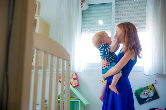 """עם הבן. """"זמן קצר לאחר שהוא נולד, ארז חש ברע ופנה לבדיקות"""" (צילום: ינאי רובחה)"""