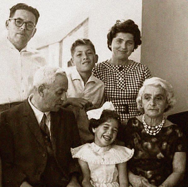 נאוה, כמעט בת חמש, ואחיה שלמה, עם ההורים יצחק ומימי ארצי (עומדים) והסבים גבריאל ופאני הרציג