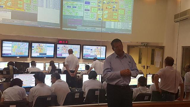 מנהל מפעל חלל, עופר דורון, ליד חדר הבקרה של הלוויין ונוס (צילום: ירון דרוקמן) (צילום: ירון דרוקמן)