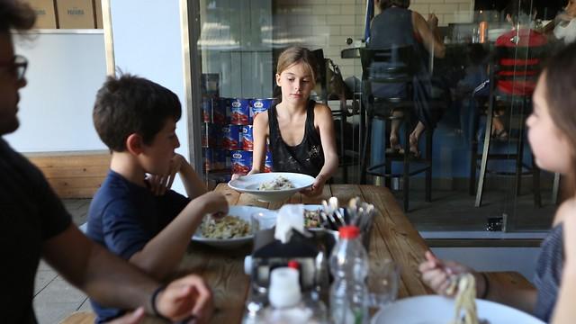 מלצרית, גולשת, מכינה פיצה ומבלה עם סבתא (צילום: ירון ברנר)