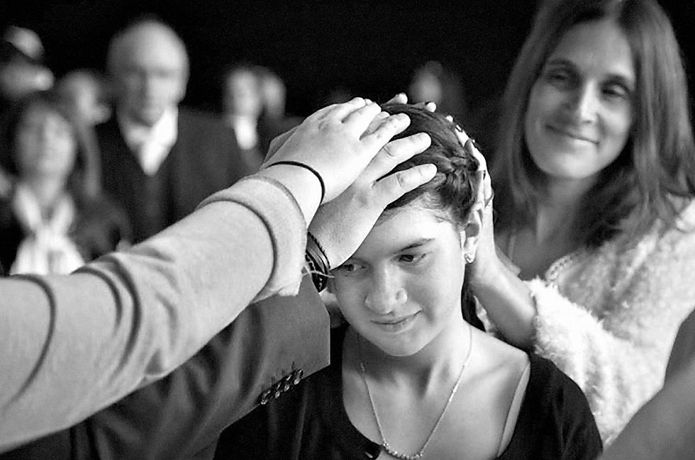 """""""שלושה חוטים מחברים אותי אל העם היהודי: משפחתי שלימדה אותי את פירושה של היהדות, בית הספר היהודי שבו אני לומדת מסורות ומרחיבה את המעגל המשפחתי שלי - ותנועת הנוער 'צעירי עמי'. מגיל 10 ספגתי שם ציונות, יהדות, עברית ועוד""""  (צילום: מיכאלה נורמבואנה, צ'ילה) (צילום: מיכאלה נורמבואנה, צ'ילה)"""