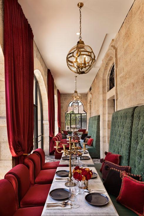 במשך השנים שכנו במבנה מסעדות שונות. כעת מוגשות באכסדרה המחודשת ארוחות בוקר ותה של אחר הצהריים לא רק לאורחי המלון (צילום: אסף פינצ'וק)