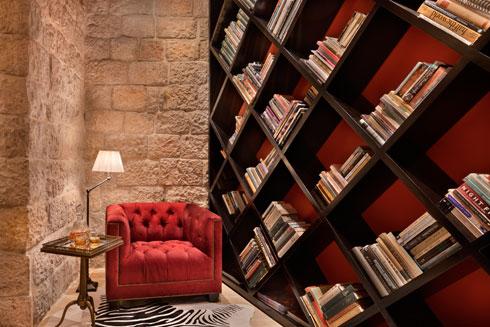 בטרקלין - פינת ישיבה וספריית מעויינים, מוטיב חוזר במלונות הרשת  (צילום: אסף פינצ'וק)