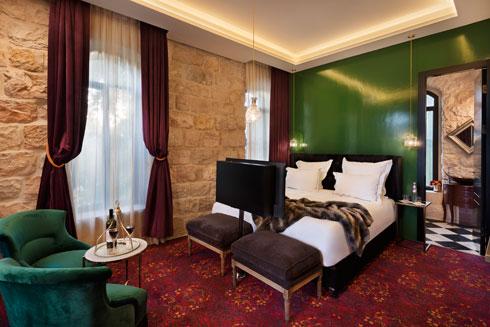 אחד מחדרי המלון. מפגש של מזרח ומערב (צילום: אסף פינצ'וק)