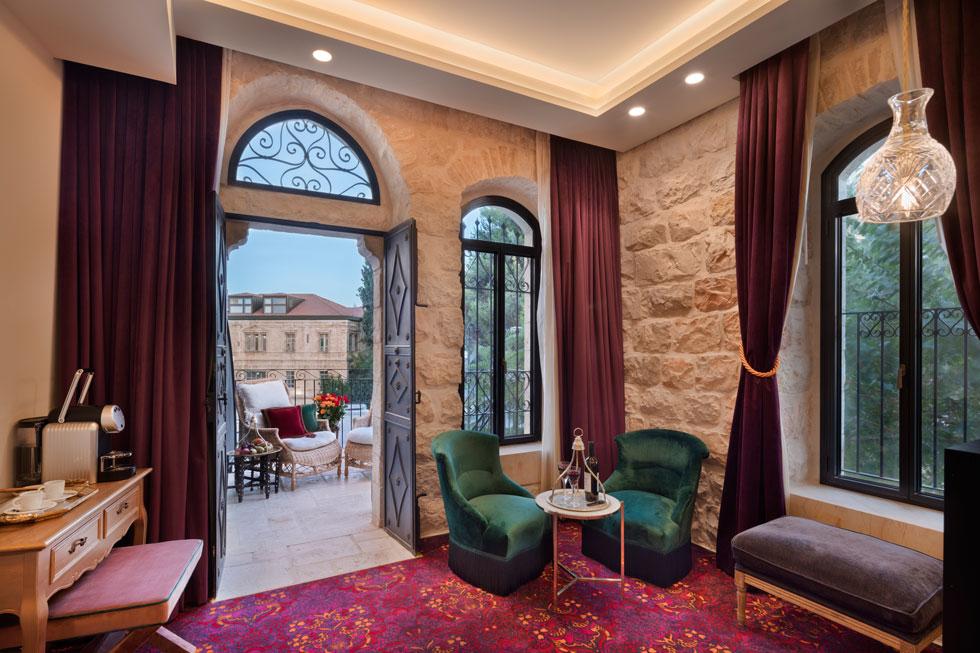 בחדרים שטיחים בדוגמאות אוריינטליות ווילונות החשכה מקטיפה. לחלקם מרפסות פרטיות (צילום: אסף פינצ'וק)